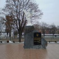 Монумент погибшим Героям Небесной Сотни, со скульптурой ангела; установлен г. Сарны, Ровенской области.