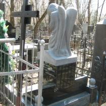 Ангел из гранита; фото скульптуры на кладбище; размеры ангела из гранита - 90 х 50 х 40 см. Цена скульптуры ангела: от $ 3 тыс.