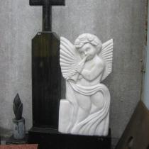 Памятник с мраморным барельефом ангела. Размеры барельефа ангела: 85 х 43 х 10 см, цена барельефа ангела $ 2 тыс. Фото ангела на складе в Киеве.