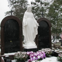 Фото скульптуры Богородицы на могиле. Статуя Божьей Матери из бетона, установлена на кладбище. Заказать, купить скульптуру Богородицы, можно со склада в Киеве.