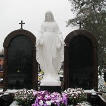 На фото скульптура Богородицы, установлена на кладбище. Статуя Богородицы фото после установки. Купить статую Божьей Матери, можно в магазине Ритуальной скульптуры в Киеве.