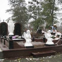Фото скульптуры Богородицы на могиле. Памятник для двоих со скульптурой Богородицы фото. Купить статую Богородицы, можно в магазине Ритуальной скульптуры в Киеве.