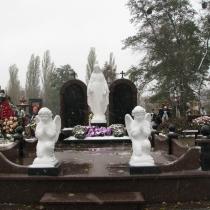На фото скульптура Богородицы, установлена на кладбище. Статуя Богородицы фото после установки. Купить статую Божьей Матери, можно со склада в Киеве сегодня.