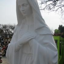 На фото статуя Божьей Матери из бетона. Высота статуи ритуальной скульптуры Богородицы 180 см., размер основы скульптуры 50 х 40 см. Цена скульптуры Богородицы сегодня 46 тыс. грн. Наличие статуи Божьей Матери на складе в Киеве, постоянно.