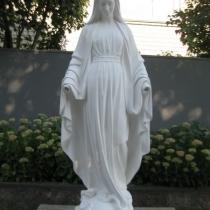 Статуя Богородицы из белого бетона, высота 180 см., основа 45 х 45 см., вес 360 кг. Цена статуи 80 тыс. грн. Фото статуи на складе в Киеве.
