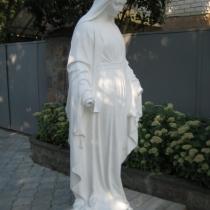 Скульптура Богородицы из белого бетона. Размеры статуи: высота 180 см., основа 45 х 45 см., вес 360 кг. Цена скульптуры 80 тыс. грн. Фото Богородицы на складе в Киеве.