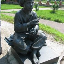 Детская скульптура из бронзы. Фото установленной скульптуры из бронзы. Цена скульптуры ребёнку - доступна.
