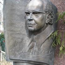 Портрет из бронзы на памятнике. Высота памятника с бронзовым портретом - 2,7 м. Фото памятника на кладбище в Киеве.