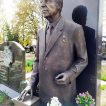 Высота скульптуры из бронзы - 2 м. Цена бронзовой скульптуры - согласно проекта памятника.