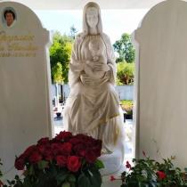 Мраморные скульптуры. Высота статуи Богородицы - 2 м.