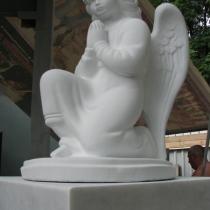Фото молящегося ангела из бетона. Скульптура ангела на складе, после покраски. Цена ангела 3 тьс. грн.