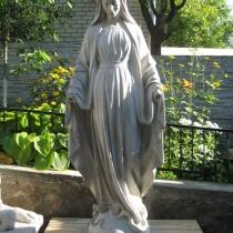 Статуя Богородицы из белого бетона. Размеры скульптуры Богородицы: высота статуи 180 см., основа 45 х 45 см., вес 360 кг. Цена статуи Богородицы 52 тыс. грн. На фото, статуя из бетона на складе, после покраски.