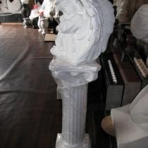 Скульптура ангела из белого бетона. Высота ангела 35 см., основа 20 х 25 см., вес 19 кг., цена ангела 5 тыс. грн. Фото ангела на складе в Киеве, в магазине ритуальной скульптуры.