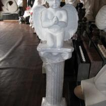Скульптура молящегося ангела из белого бетона. Высота скульптуры 40 см., основа 12 х 24 см., вес 12 кг., цена ангела на складе 5 тыс. грн. На фото, молящийся ангел в магазине ритуальной скульптуры в Киеве.
