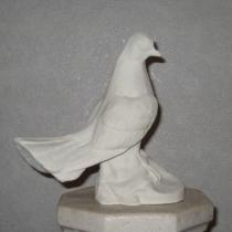 Скульптура голубя. Изготовление скульптуры голубей из декоративного бетона. Высота голубя 22 см., цена скульптуры 2500 грн. Фото скульптуры голубя на складе, после покраски.
