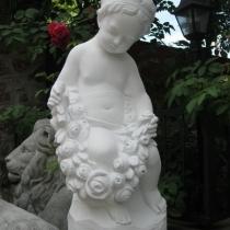 Скульптура девочка с розами. Размер скульптуры ангела: высота  62 см., основа 20 х 24 см., вес 23 кг. Цена ангела с цветами 5 тыс. грн. Фото сделано, в магазине ритуальной скульптуры в Киеве.