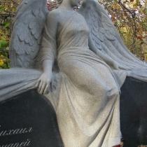 На фото новая скульптура женщины. Размер скульптуры из гранита, по разработанному проекту памятника.
