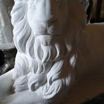 Заказать скульптуру льва в Киеве - можно с сайта:  https://www.grand-ritual.kiev.ua/. Цена льва для памятника - 25 тыс. грн.