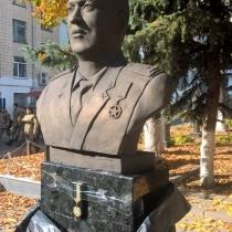 Фото бюста генерала для памятника. Высота ритуального бюста на колонне 60 см. Цена бюста из бронзы - доступная.