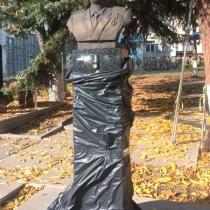 Бюст генерала на колонне; фото бюста генерала для памятника, после установки на колонну. Цена бюста из бронзы $5,9 тыс.