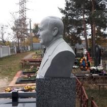 Бюст из гранита на колонне. Заказать грантный бюст - можно с сайта: https://www.grand-ritual.kiev.ua