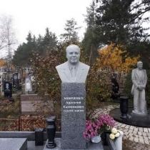 Гранитный бюст на колонне. Заказать гранитный бюст - можно в Магазине Ритуальной скульптуры в Киеве.