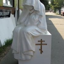 Фигура из полимера в магазине Ритуальной скульптуры; фото скульптуры плачущей для памятника. Цена плачущей в полимере - $1 тыс.