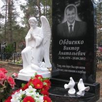 Авторский памятник со скульптурой, фото молящегося ангела.