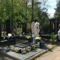 Установка ангела на кладбище. Изготовление ангелов под заказ с гарантией 10 лет. Производство памятников и скульптур в Киеве.