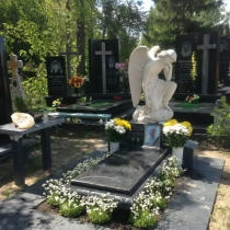 На фото скульптура ангела на кладбище. Продажа скульптуры ангелов в магазине ритуальной скульптуры в Киеве. Гарантия на скульптуру ангела 10 лет.