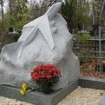 Фото памятника из гранита самолёт. Цена памятника - доступна. Купить памятник самолёт, можно со склада в Киеве.