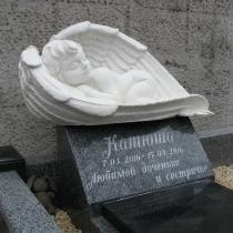 На фото памятник в виде ангела младенцу на городском кладбище Берковцы в Киеве. Размеры памятника младенцу на могилу, согласно проекта. Доступная цена памятника ребёнку $1 тыс. с установкой.