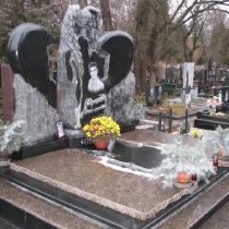 Гранитный комплекс со скульптурой ангела на кладбище Берковцы.