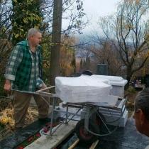 Установка мраморного креста на Ялтинском кладбище. Монтажные работы на кладбище, по месту установки креста из мрамора.