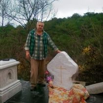 Установка креста из мрамора на пьедестал комплекса, подготовительные работы по монтажу резного креста на тумбу памятника.