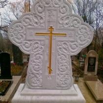 Резной крест из белого мрамора, смонтирован на пьедестале комплекса; установка на Ялтинском кладбище.