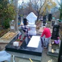Монтаж надгробной плиты мраморного комплекса на пьедестал. Установка на кладбище в Ялте.