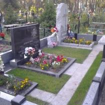 Эксклюзивный памятник на кладбище в Песковке Киевской области; включает в себя обапол из серого гранита.