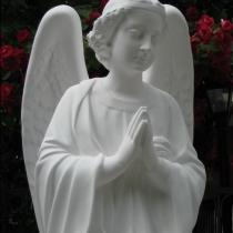Фото молящегося ангела из декоративного бетона. Скульптура ангела, сразу после покраски на складе в Киеве. Гарантия на скульптуру ангела 10 лет, цена статуи 39 тыс. грн.