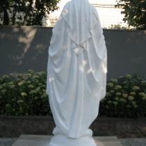 Статуя Богородицы из белого бетона, фото на складе в Киеве. Размеры статуи: высота 180 см., основа 45 х 45 см., вес 360 кг., есть в наличии. Цена скульптуры Богородицы 80 тыс. грн.