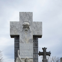 Фото барельефа на памятнике. Крест из гранита с барельефом Иисуса Христа.