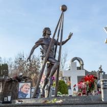Фото бронзовой скульптуры. Памятник футболисту на кладбище в Киеве.