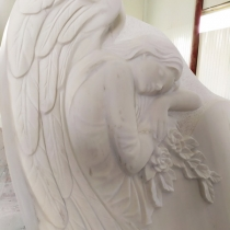 Новый памятник со скульптурой ангела.