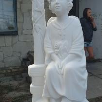 Новая скульптура ангела из мрамора. Высота скульптуры ангела - 1,5 м.