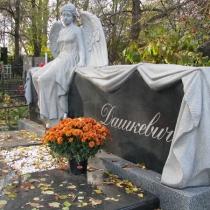 На фото новая скульптура женщины из гранита. Доступная цена гранитной скульптуры в Киеве.