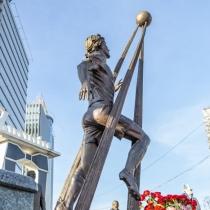 Обратная сторона скульптуры. Мемориальная скульптура на Байковом кладбище в Киеве.