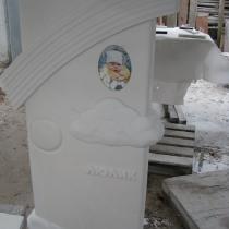 Фото производства детского памятника из мрамора по индивидуальному проекту. Доступная цена памятника из мрамора.