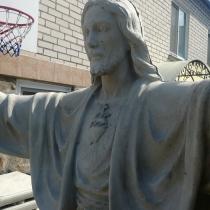 Скульптура Иисуса Христа. Высота статуи - 2 м. Основа статуи - 52 х 52 см. Ширина скульптуры Иисуса Христа - 145 см.