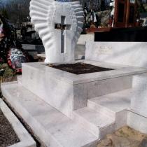 Фото установленного памятника на заказ. Высота памятника - согласно проекту и равна 2 м. Оформить заказ памятника из белого гранита - можно с нашего сайта: https://www.grand-ritual.kiev.ua/contacts.html